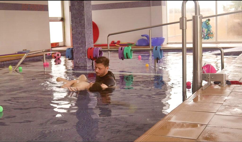 Usuario en piscina
